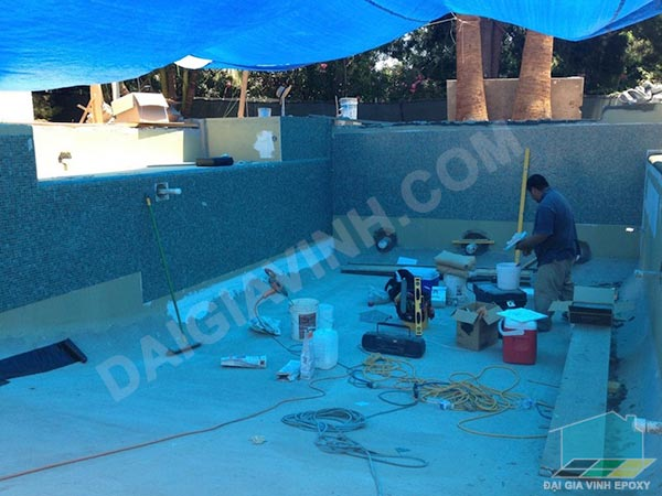 Thi công sơn epoxy cho bể bơi