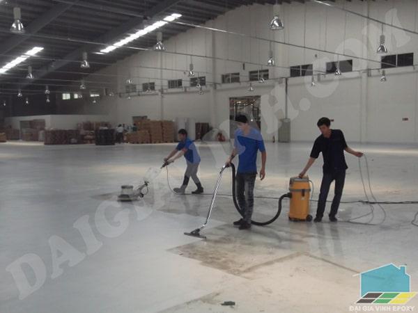 Vệ sinh sàn trước khi sơn epoxy 2 thành phần chất lượng cao