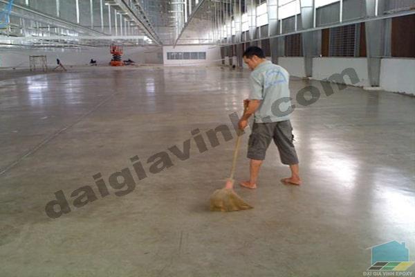 Phủ bóng hoàn thiện sơn sàn epoxy chất lượng
