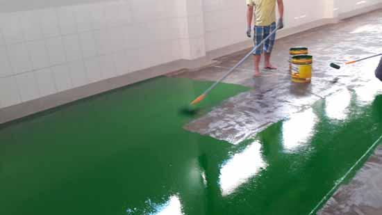 Làm sạch sàn bê tông khi sơn sàn epoxy